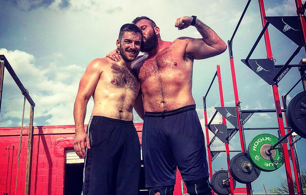 El luchador profesional Mike Parrow acaba de casarse con su novio