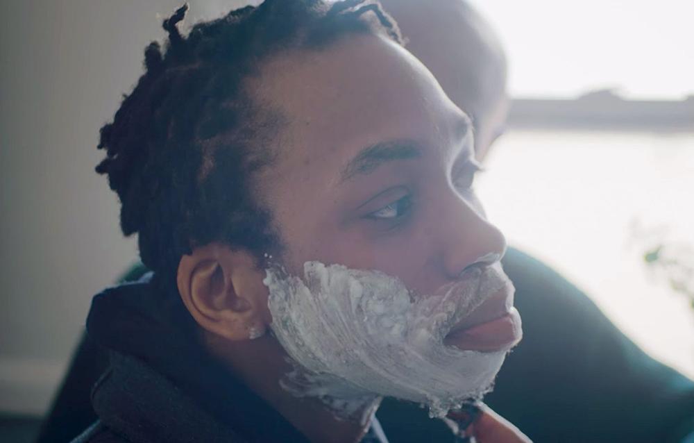 Padre le enseña a hijo trans a afeitarse